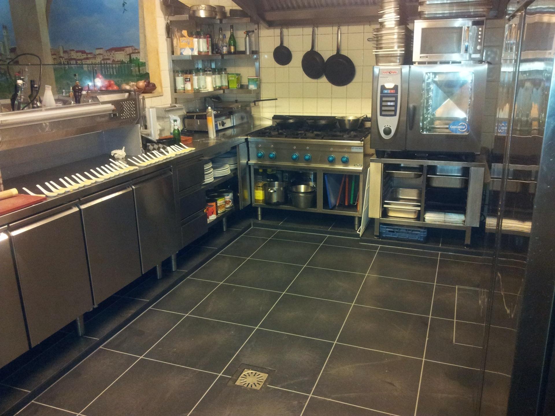 Bedrijfsvloeren uitgevoerd met pvc vloertegels - Vinyl vloer voor keuken ...